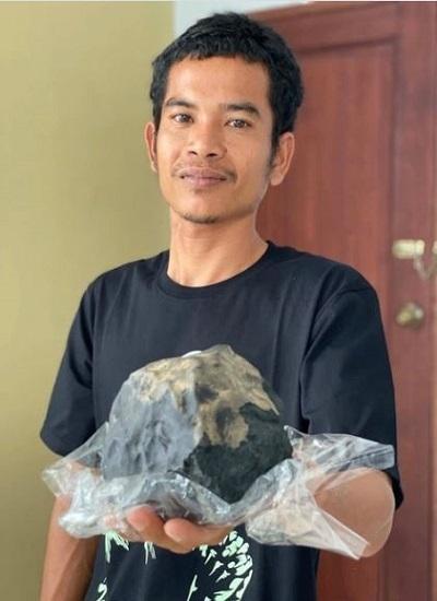 Josua Hutagalung và khối thiên thạch lớn hiếm gặp. Ảnh: East News Press Agency.