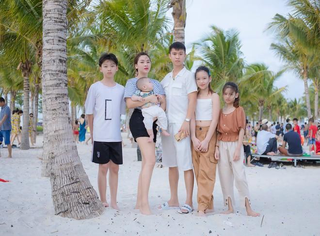Bức hình gia đình gây sốt khi chị Trang lớn hơn anh Nhật 11 tuổi nhưng vẫn trẻ trung xinh đẹp /// Ảnh: NVCC